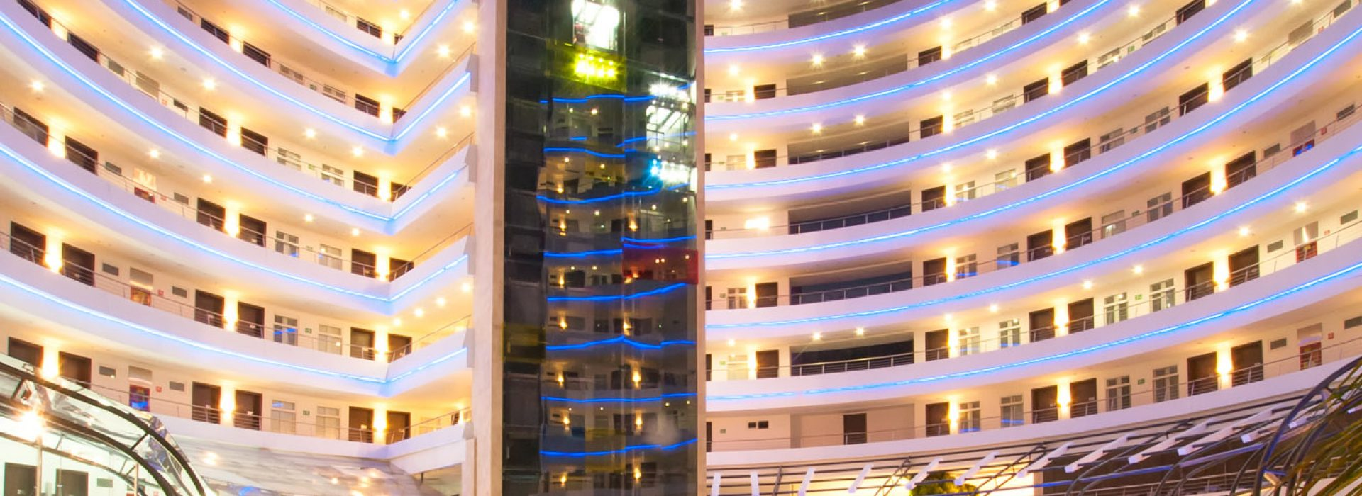 Fachada — © 2013 por Hotel Spiwak, Todos los Derechos Reservados. El Hotel Spiwak está ubicado en el norte de Cali, Colombia, en el Centro Comercial Chipichape, sobre la Avenida Sexta. Teléfono +57 (2) 395 9949, Avenida 6 D # 36 N-18, Más información en la página web del Hotel http://www.spiwak.com // Fotografía 360 de hoteles: Mario Carvajal (http://www.mariocarvajal.com) y Alejandro Carvajal (http://www.hotelescolombia360.com). Otro proyecto, Astrolabio. (http://www.astrolabio.com.co)